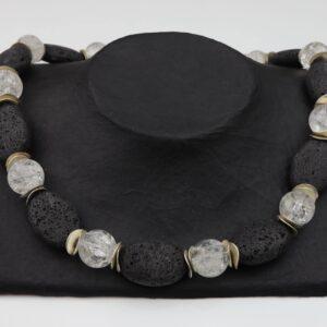 LavaBergkristallkette mit Silberplättchen und Silberverschluss handgemachtes Unikat auf schwarzem Pappaufsteller