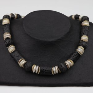Lava Perlenlinsenkette mit Silberplättchen und Silberverschluss handgemachtes Unikat auf schwarzem Pappaufsteller