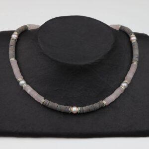 Rosenquarz Hornkette mit Silberplättchen und Grau/Rosa Perlen dazu Silberverschluss handgemachtes Unikat auf schwarzem Pappaufsteller