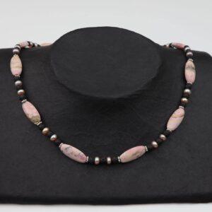 Rhodonit Schläuche mit Lava+Rosa-Perlen Kette und Silberverschluss handgemachtes Unikat auf schwarzem Pappaufsteller