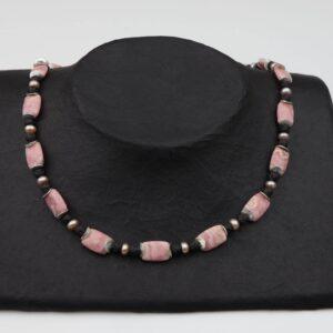 Rhodonit Platten mit Lava+Rosa-Perlenkette und Silberplättchen dazu Silberverschluss handgemachtes Unikat auf schwarzem Pappaufsteller