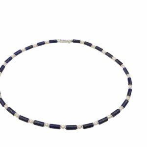 Lapislazulikette mit weißen Perlen und Silberplättchen