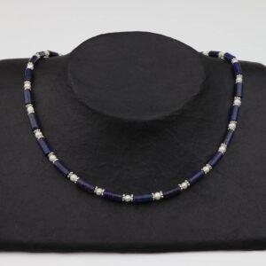 Lapislazuliröhren mit weißen Perlen und Silberplättchen dazu Silberverschluss handgemachtes Unikat auf schwarzem Pappaufsteller