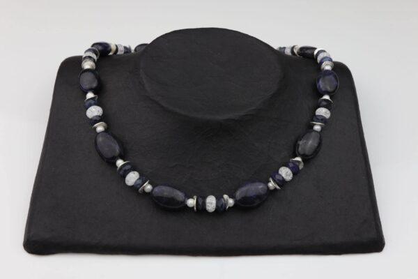 Dumortierit Bergkristallkette mit weißen Perlen und Silberplättchen dazu Silberverschluss handgemachtes Unikat auf schwarzem Pappaufsteller