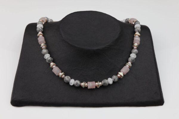 Rosenquarz Jasperkugeln Kette und Bergkristall mit rosa Perlen und Silberplättchen sowie Silberverschluss handgemachtes Unikat auf schwarzem Pappaufsteller