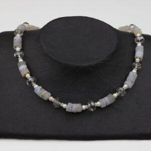 Graue Achatkette mit Perlen und geschliffenem Glas