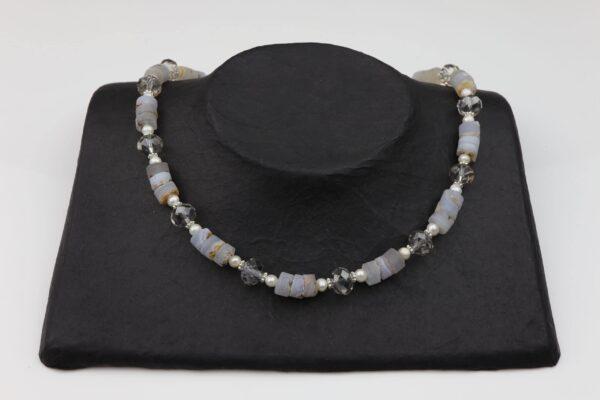 graue Achatkette mit Perlen und geschliffenem Glas sowie Silberverschluss handgemachtes Unikat auf schwarzem Pappaufsteller