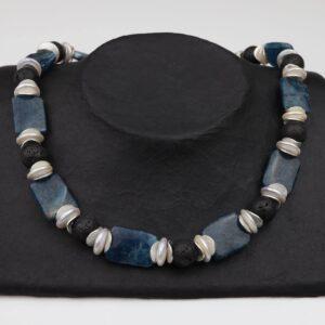 Apatitkette mit Lava, weißen Perlen und Silber