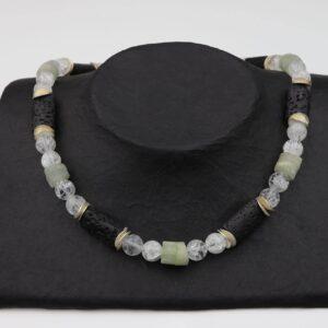 Bergkristall-Jade-Lava Kette mit Silberplättchen und Silberverschluss handgemachtes Unikat auf schwarzem Pappaufsteller