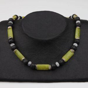 Jade-Lava-Bergkristall Kette mit Silberplättchen und Silberverschluss handgemachtes Unikat auf schwarzem Pappaufsteller