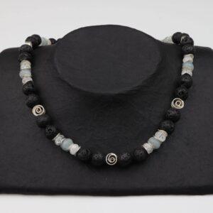 Lava-Bergkristall-Aquamarinkette mit Silberplättchen und Spiralen zudem Silberverschluss handgemachtes Unikat auf schwarzem Pappaufsteller