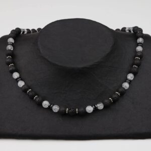 Lava-Bergkristall-Hämatitkette mit Silber und Silberverschluss handgemachtes Unikat auf schwarzem Pappaufsteller