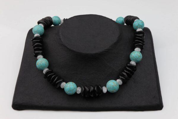 Obsidiankette mit Howlithkugeln und Bergkristall dazu Silberschluss handgemachtes Unikat auf schwarzem Pappaufsteller