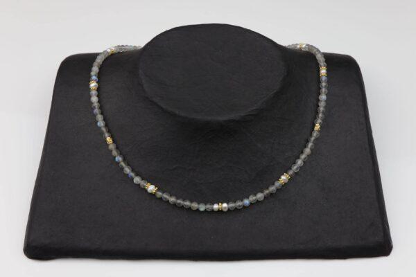 Labradoritkette mit Perlen Silber vergoldet handgemachtes Unikat auf schwarzem Pappaufsteller
