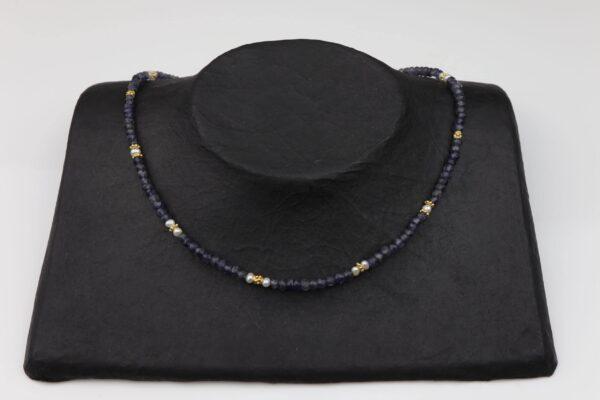 Amethystkette mit Perlen Silber vergoldet handgemachtes Unikat auf schwarzem Pappaufsteller