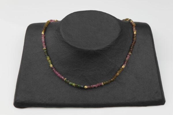 Turmalinkette mit Perlen Silber vergoldet handgemachtes Unikat auf schwarzem Pappaufsteller