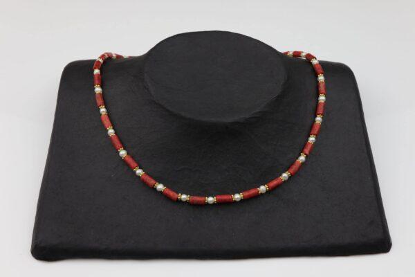 Korallenkette schmal mit Perlen und Goldplättchen Silber vergoldet handgemachtes Unikat auf schwarzem Pappaufsteller