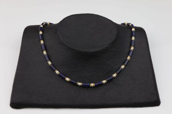 Lapislazuliröhren mit weißen Perlen und vergoldeten Plättchen Kette handgemachte Unikat auf schwarzem Pappaufsteller