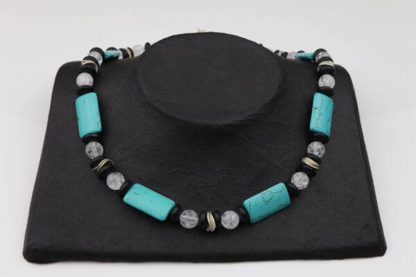 Obsidiankette mit Howlithkugeln, Silberplättchen und Bergkristall dazu Silberverschluss handgemachtes Unikat auf schwarzem Pappaufsteller